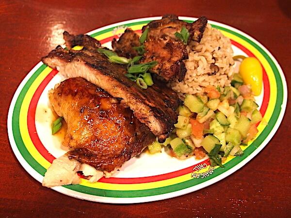 チャモロビレッジ・ナイトマーケットでの夕飯は「ジャマイカン・グリル」のリブとジャークチキンのコンボが絶品でおすすめ!
