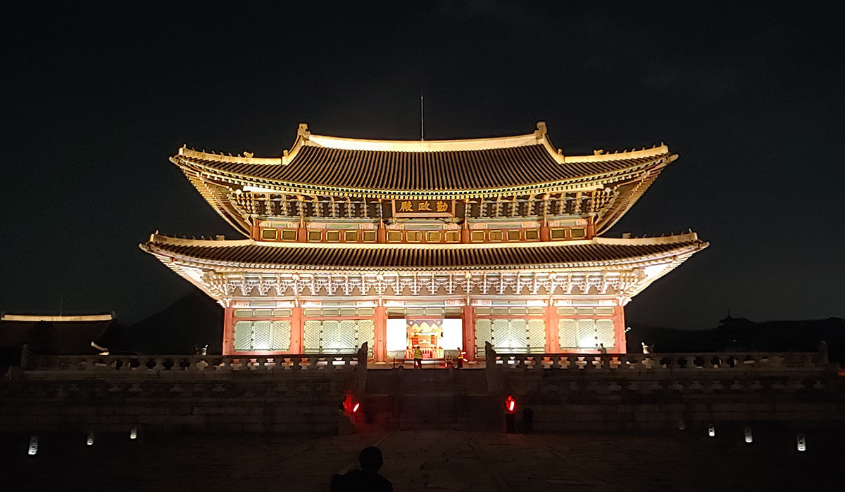 韓国の夜空に浮かぶ夜空に浮かぶ勤政殿