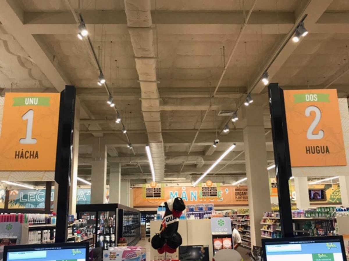グアムのペイレスマーケットのレジにはチャモロ語が書いてあり地元色が濃い
