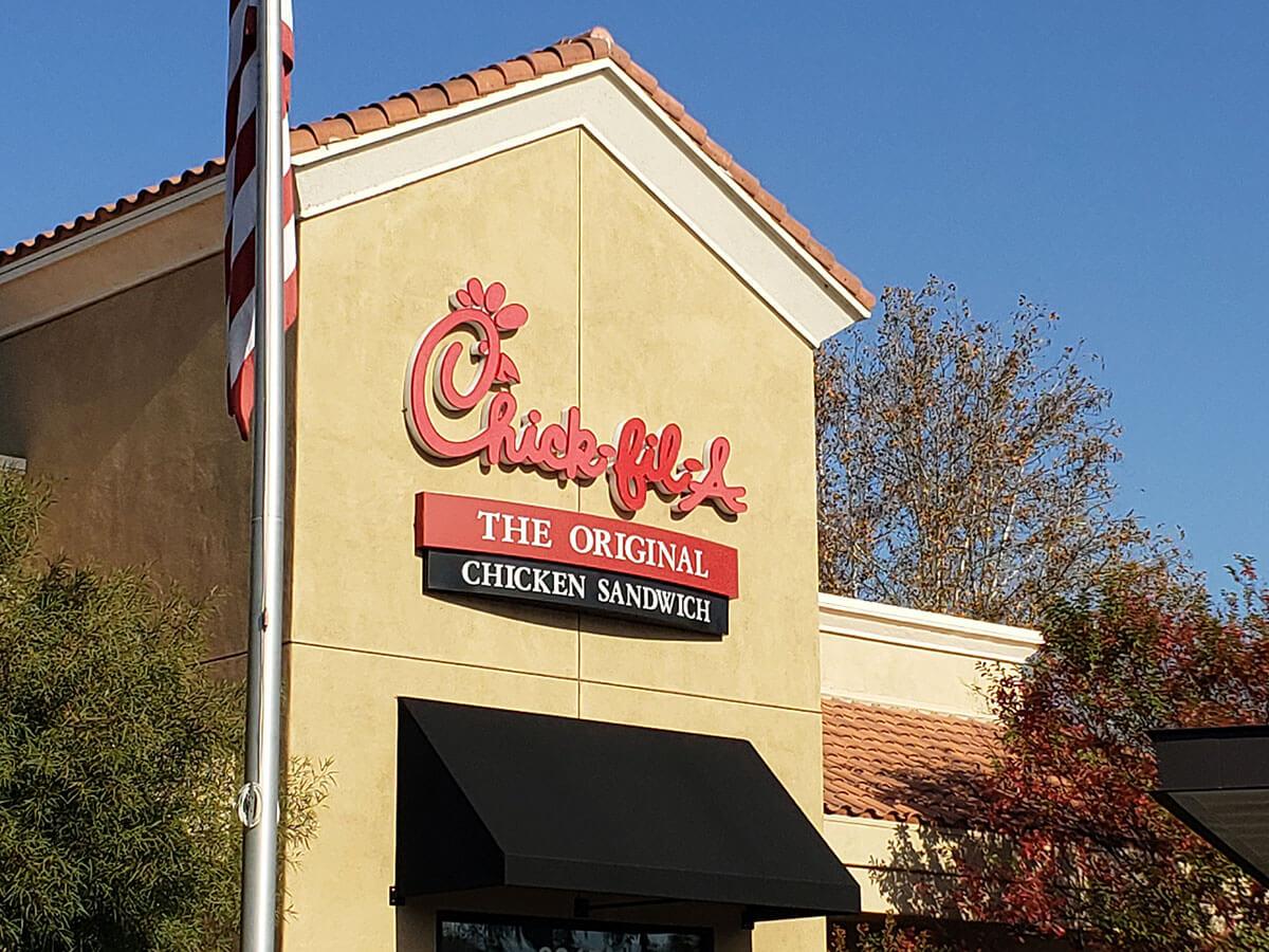 チックフィレ (Chick-fil-A) は全米で大人気のチキン専門ファストフード店。人気の秘密や裏技をご紹介!