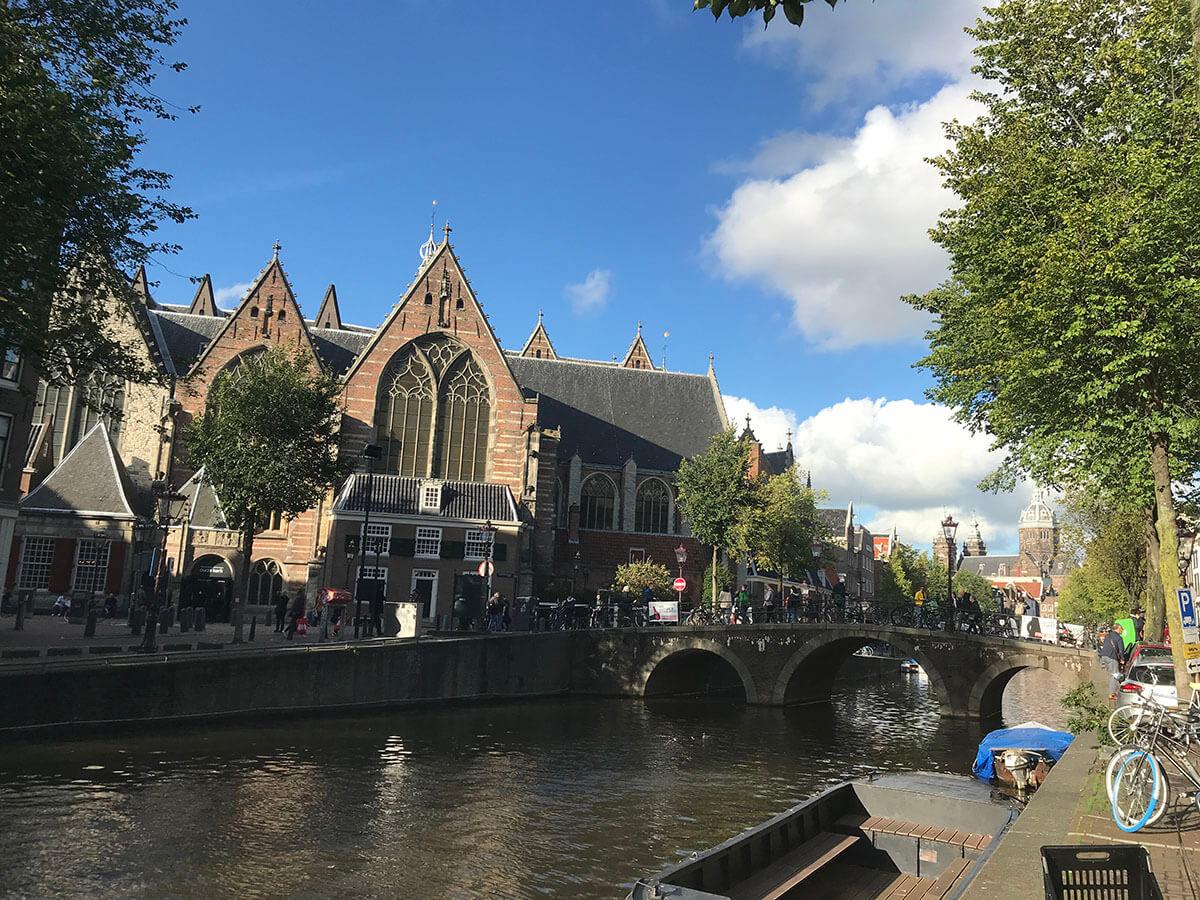 オランダ アムステルダムにある飾り窓は中心地にある。
