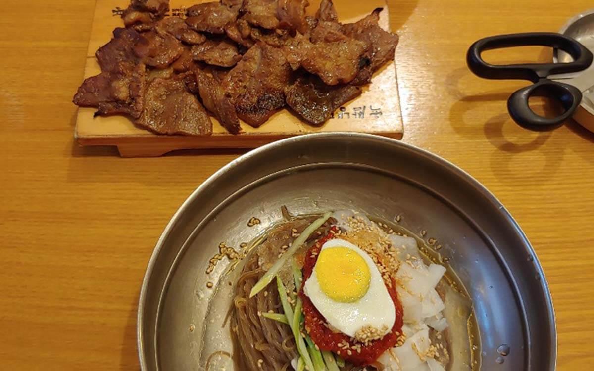 韓国の冷麺といえばココ!誰もが認める「ユクサムネンミョン」。豚肉の炭火焼きがついてくる